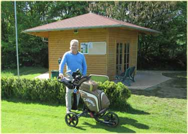 Kees Hoogeveen op hole 1 van de  Golf & Country Club Bad Arolsen.